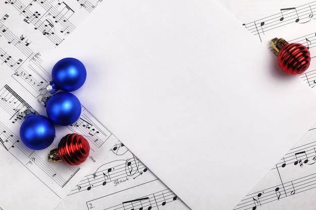 음악 노트와 테이블과 시트에 새해 구성 크리스마스 트리 장식