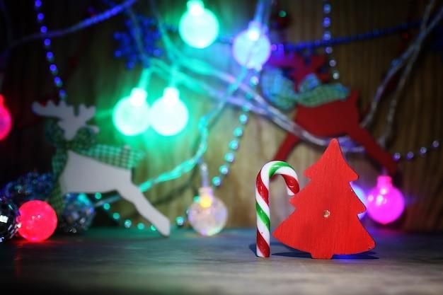테이블에 새 해 구성 크리스마스 트리 장식