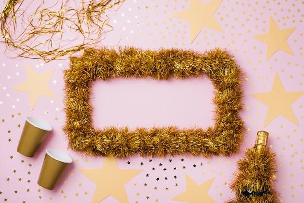 Новогодний состав рамы из желтой мишуры Бесплатные Фотографии