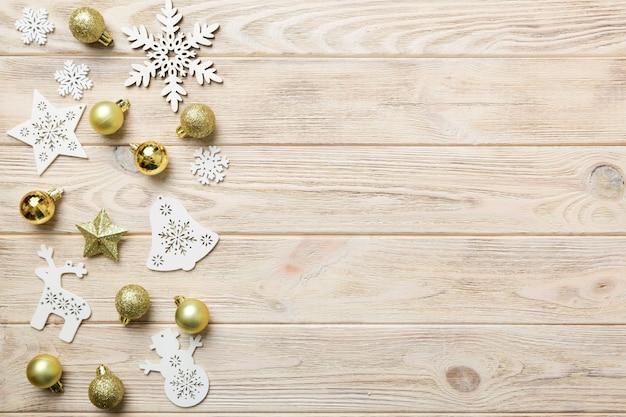 新年の構成ホワイトクリスマスの雪片。松ぼっくりとクリスマスの装飾の背景。コピースペースのある上面図