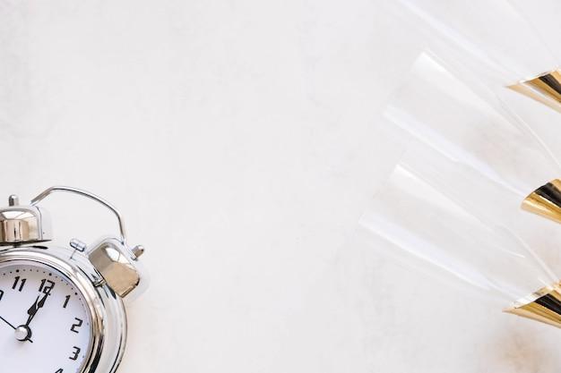 Новогодняя композиция с часами и очками