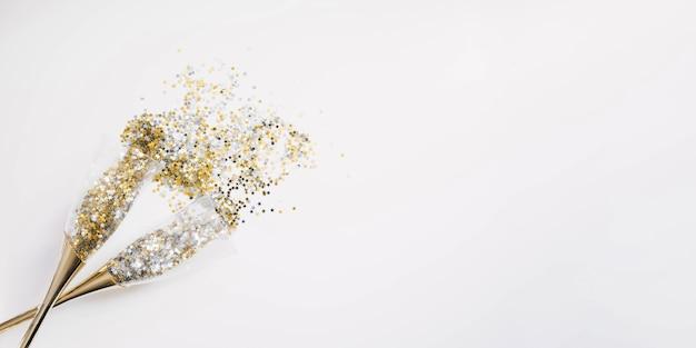 Новогодняя композиция с элегантными конфетти в бокалах с шампанским