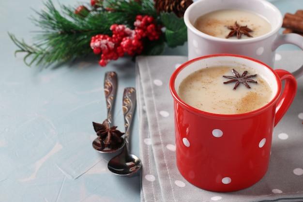 ライトブルーの2つのカップにスパイスを入れたインドのマサラティーを使った新年の作曲