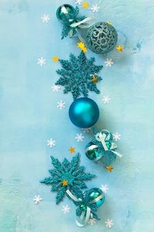 新年のコンセプトクリスマスの構成青い背景の上のクリスマスの装飾上面図フラットレイ