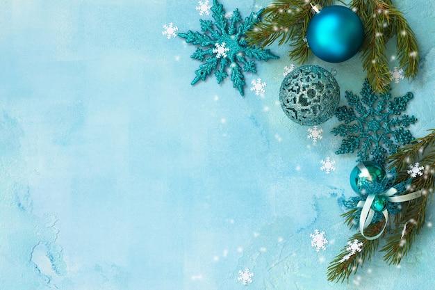 新年のコンセプトクリスマスの構成青い背景の上のクリスマスの装飾上面図