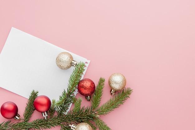 Новогодняя концепция. список целей в блокноте, подарочной коробке и рождественские украшения розового пастельного цвета с копией пространства