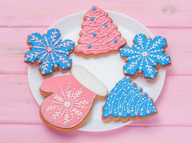 새 해 개념입니다. 크리스마스 진저 브레드 달콤한 음식으로 가득 찬 접시