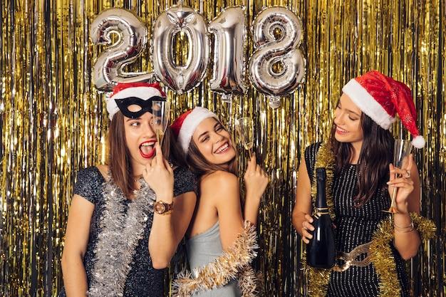 Concetto di nuovo anno con le ragazze