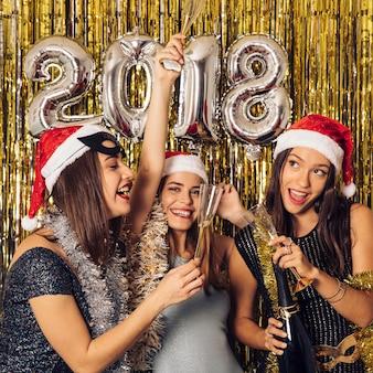 Concetto di nuovo anno con tre ragazze