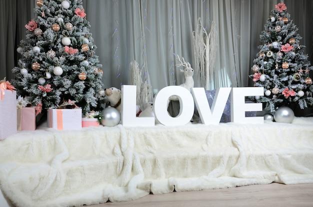 大規模な豪華なベール、2つのクリスマスツリーと新年居心地の良いインテリア