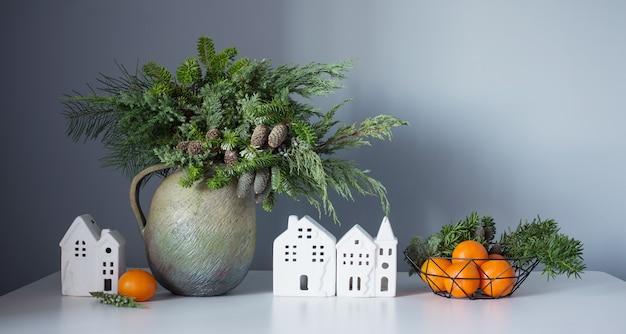 Новогодний декор с мандаринами на сером фоне