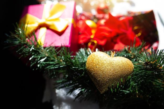 새해 장식 액세서리. 크리스마스 트리 근처의 축제 화환, 선물, 선물 및 조명. 겨울방학을 맞이할 준비를 합니다.