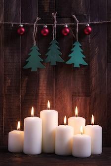 燃えるろうそくとクリスマスの装飾と新年の装飾の背景
