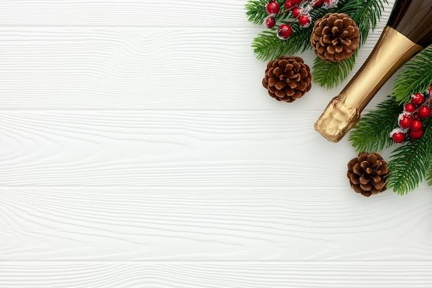 シャンパンボトルとモミの枝で新年の装飾
