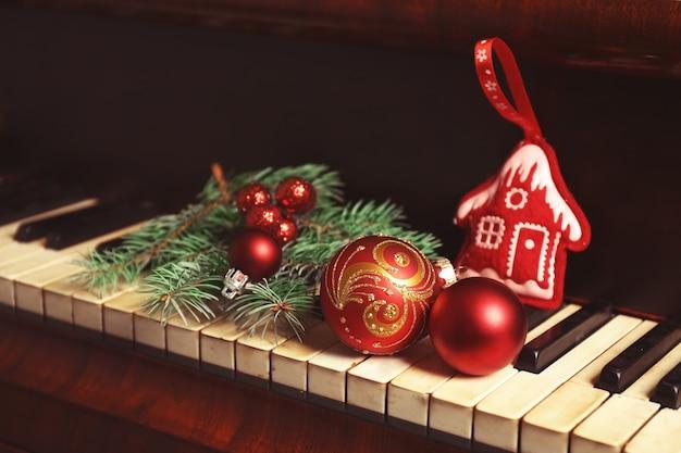 ピアノキーボードの新年の装飾。クリスマス音楽のコンセプト