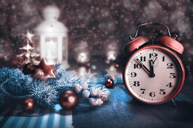 Новый год, натюрморт с будильником, тонированное изображение