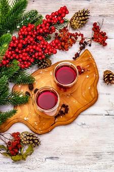 Новогодний праздничный ягодный ликер или настойка как ингредиент для приготовления алкогольного коктейля