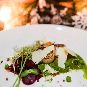 新年のお祝いの食事のクローズアップ。絶妙なレストランの休日メニュー。健康的な食事の概念