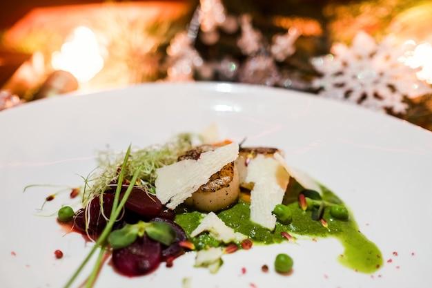新年のお祝いの食事。絶妙なレストランの休日メニュー。健康的な食事の概念