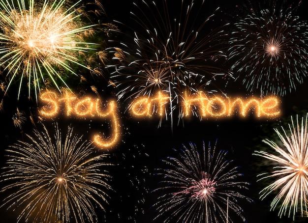 새해 불꽃 놀이, 해피 홀리데이 및 새해 개념, 집에서 코로나 바이러스 개념에 머물러 라.