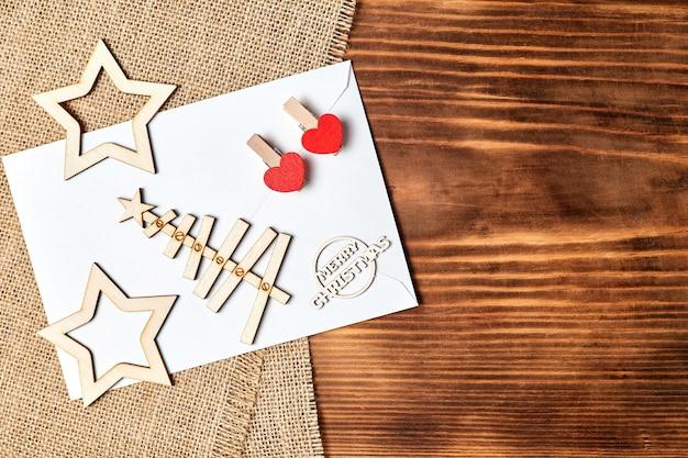Новогодний flatlay из конверта елочные звезды и прищепки с сердечками