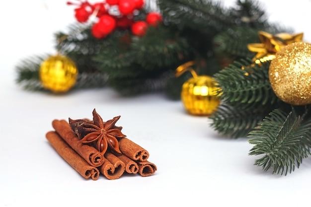 モミの枝とグリューワインのアニススターシナのための伝統的なスパイスを使った新年の食べ物の装飾...