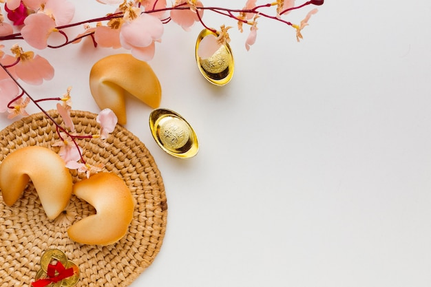 新年のフォーチュンクッキーと花の上面図
