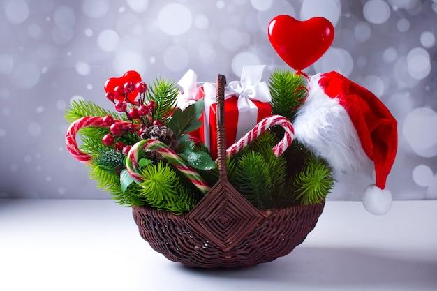새해 선물 바구니입니다. 그린 크리스마스 트리 사탕과 선물 상자