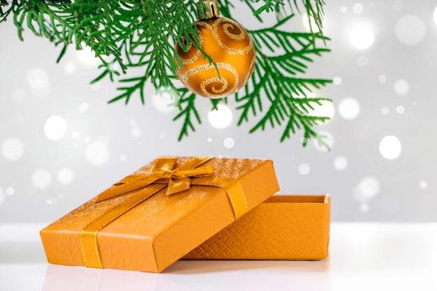 새 해 선물 상자와 흰색 바탕에 크리스마스 트리. 텍스트를 놓습니다.