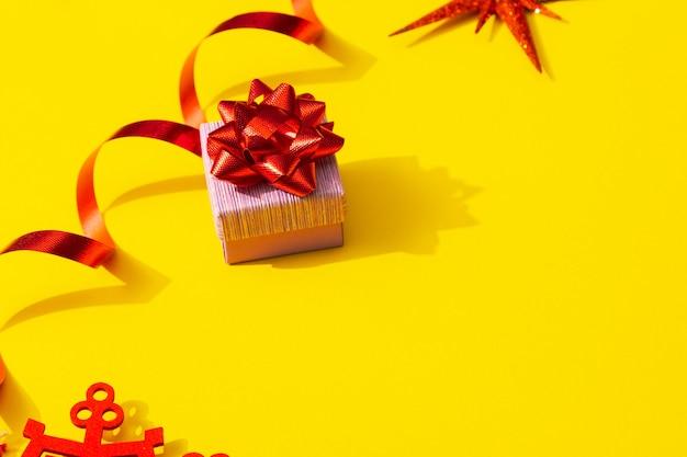 선물 목록을 위한 새해 선물 공간 노란색 배경에 빨간색 활이 있는 선물 상자