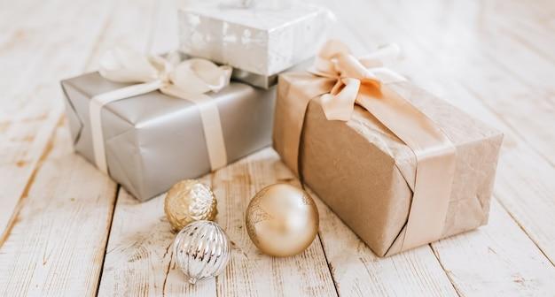 새 해 선물 및 나무 바닥에 크리스마스 장난감