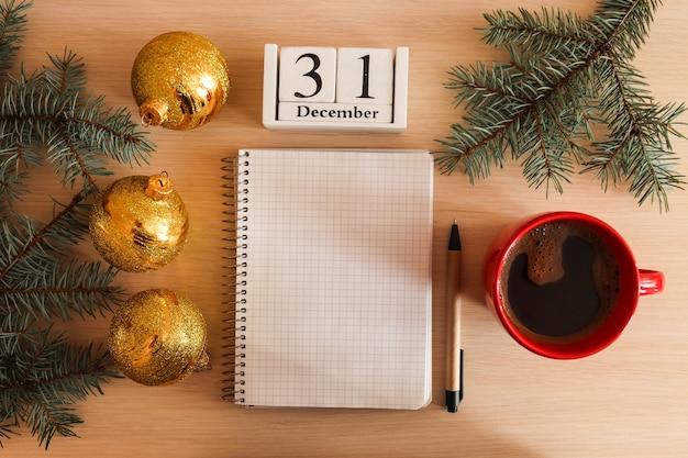 Новогодний список целейрождественские украшения и пустой блокнот для записи целей или результатов года