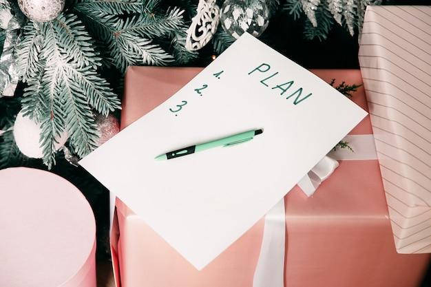 Новый год цель, план, текст действий на блокнот с офисными аксессуарами.