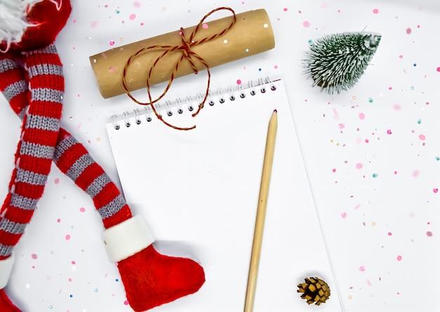 Новогодние цели вид сверху плоские лежали на белом фоне рождества.