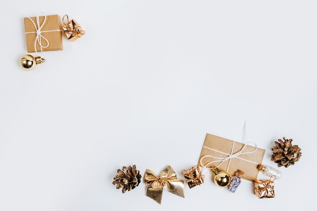 Новогодние золотые подарки для счастливого рождества, изолированные на белом