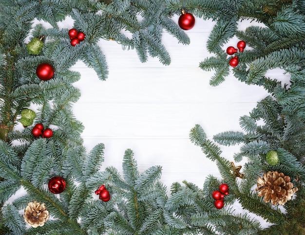 クリスマスのモミの枝で作られた新年のグリーティングカードの創造的なフレーム