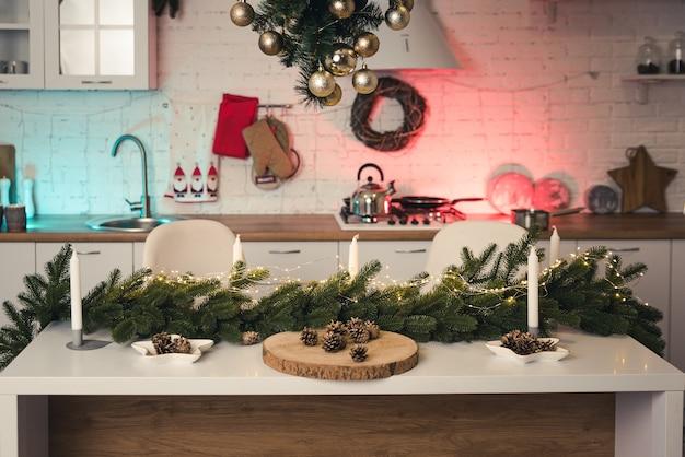 Новогодний интерьер кухни с кирпичной стеной