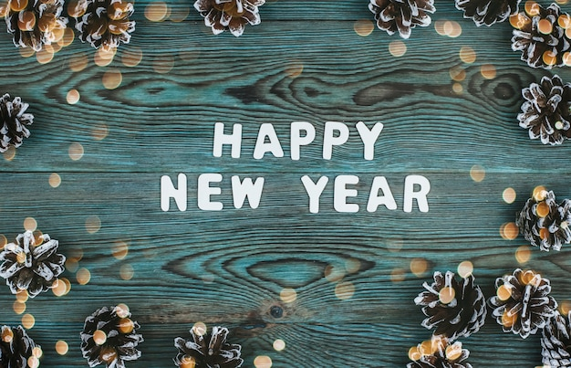 Новогодняя надпись из белых деревянных букв