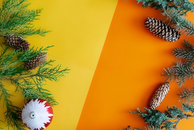 松の木、コーン、装飾玩具、ボールコピースペースと新年混合色の背景