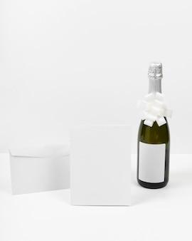 Mock-up di capodanno con bottiglia e fiocco