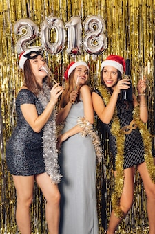 Notte di new year con le ragazze che celebrano