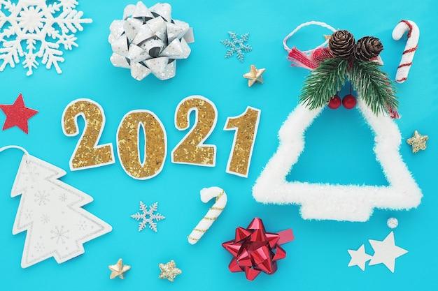 クリスマスの装飾が施された新年の番号