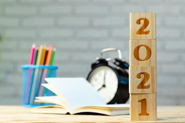 Новогодние числа и канцелярские товары на белом столе