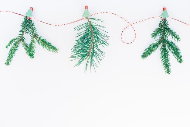 新年またはクリスマスの手工芸品の木の花輪