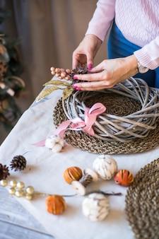 小枝シナモンスティックコーンとクリスマスのおもちゃで作られた新年またはクリスマスリース