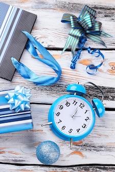 새해 장식품과 알람 시계.