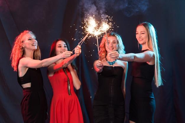 새 해 파티, 축 하 및 휴일 개념-친구 폭죽과 재미의 그룹입니다.