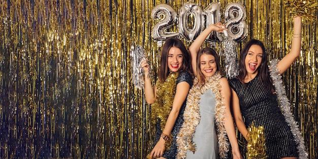 Concetto di partito di new year con ragazze discoteca