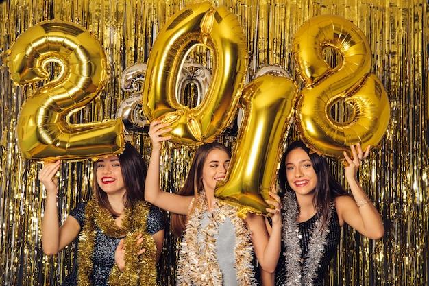 Concetto di partito di new year con ragazze felici
