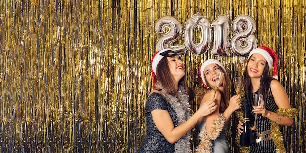 Concetto di festa del nuovo anno con tre ragazze